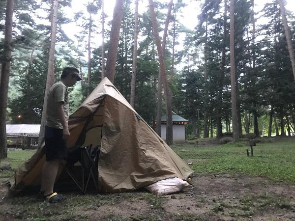 テントの前