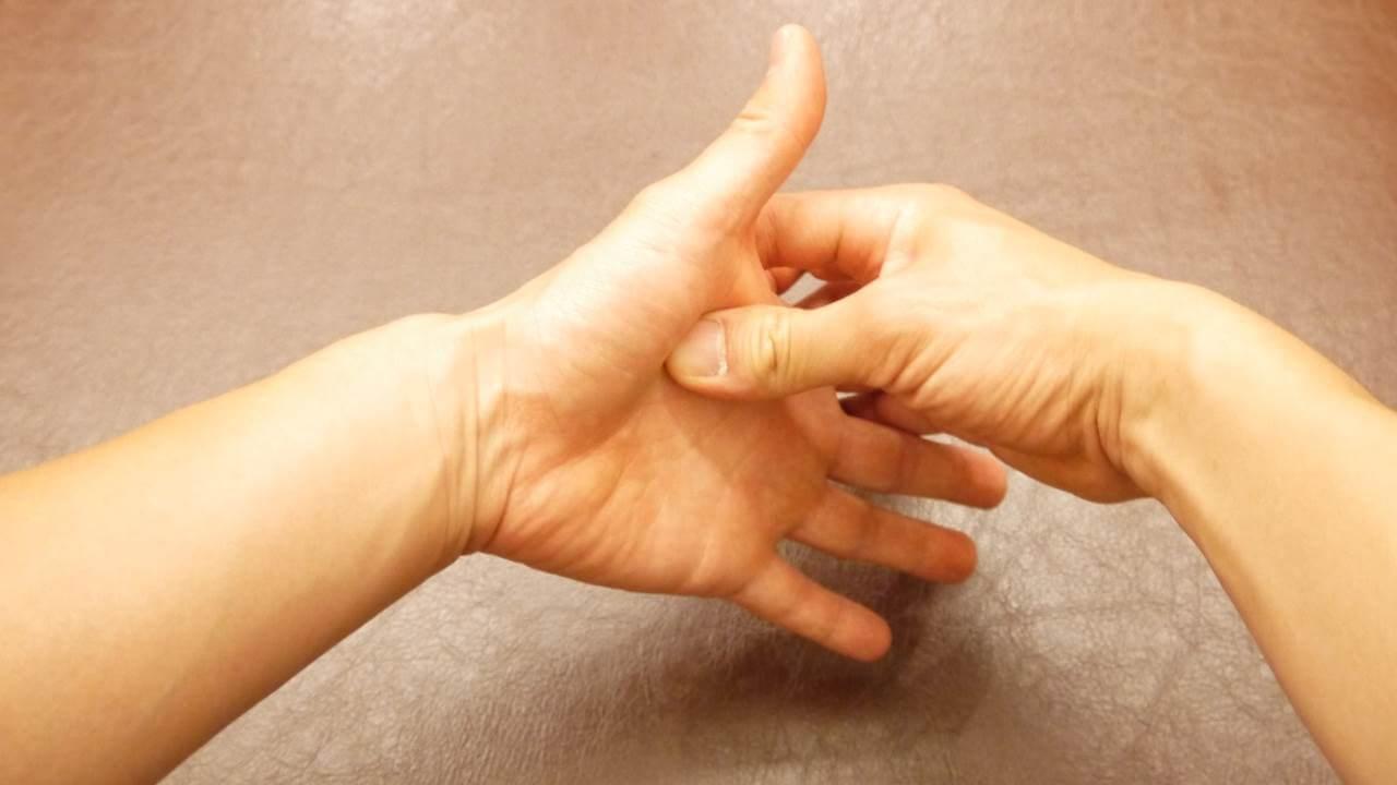 母指球を押す